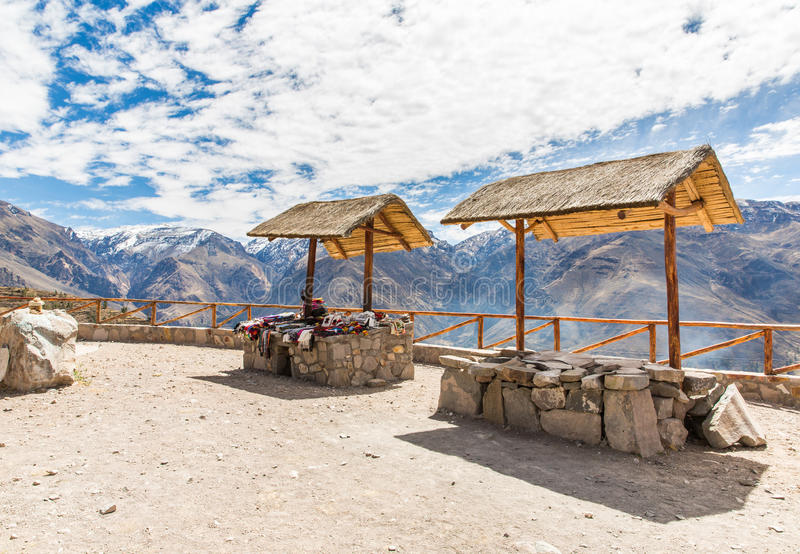 Mercato, venditori ambulanti, canyon di Colca, Perù, Sudamerica. Coperta variopinta, sciarpa, panno, ponci da   lana di alpaga, la fotografia stock