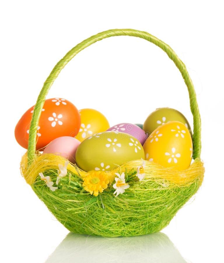 Merce nel carrello colorata delle uova di Pasqua isolata su fondo bianco immagine stock libera da diritti