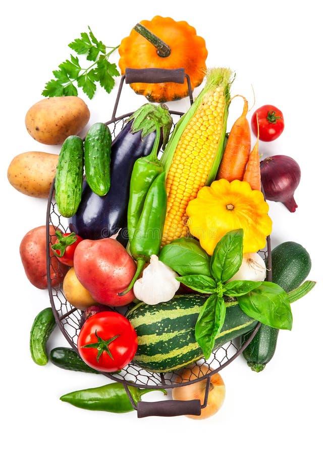 Merce nel carrello del raccolto degli ortaggi freschi con le foglie verdi immagini stock libere da diritti