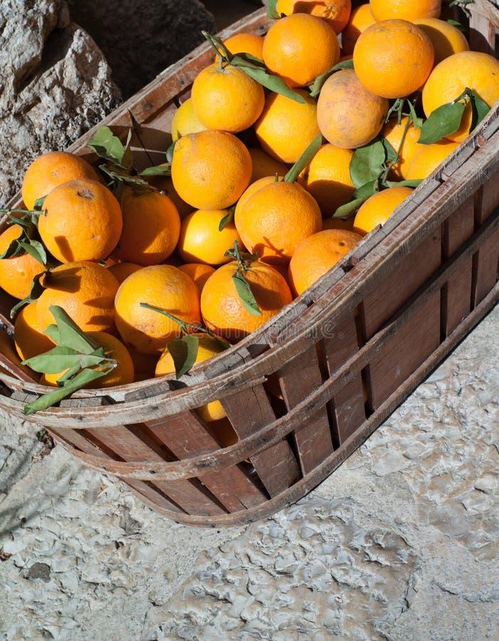 Merce nel carrello delle arance fotografia stock