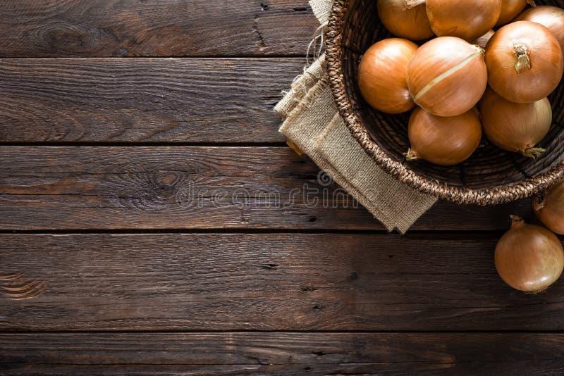 Merce nel carrello fresca della cipolla sulla tavola di legno immagini stock libere da diritti