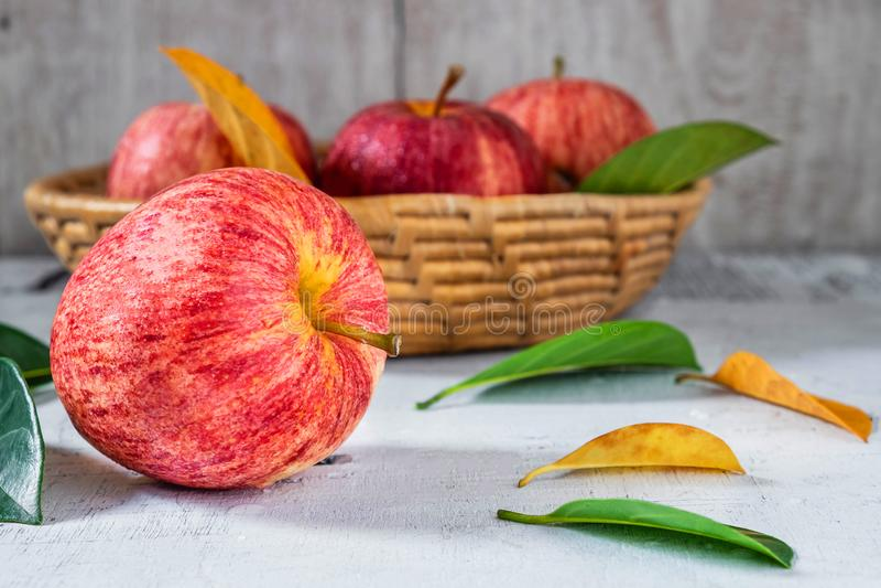 Merce nel carrello fresca delle mele sulla tavola bianca fotografia stock