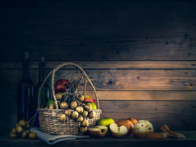 Merce nel carrello mista di frutti e bottiglia di vino sulla tavola di legno fotografie stock libere da diritti