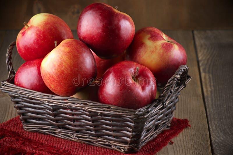 Merce nel carrello rossa delle mele immagini stock libere da diritti