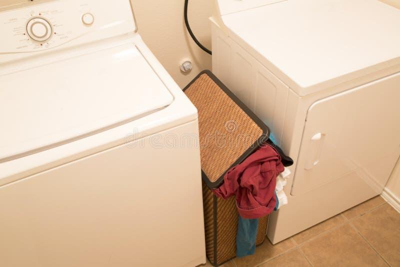 Merce nel carrello sporca dell'abbigliamento per lavare fotografia stock