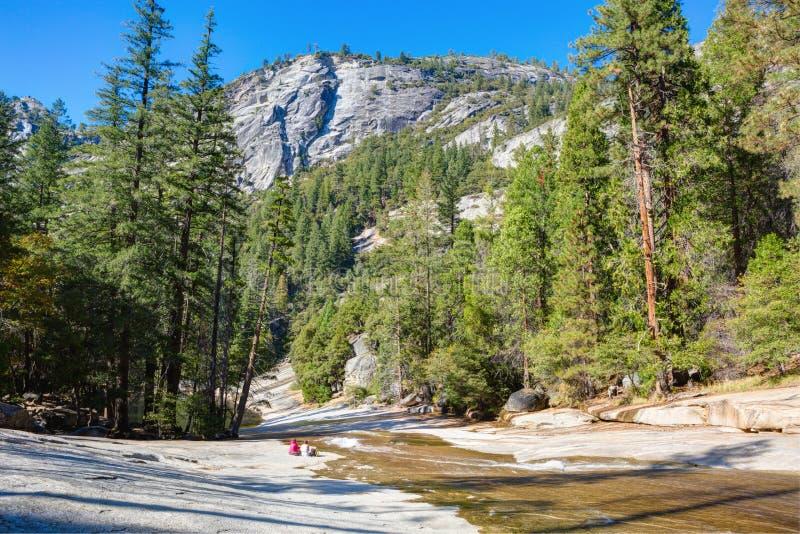 Merced flod mellan Nevada Fall och den Vernal nedgången på den soliga höstmorgonen, Yosemite nationalpark, Kalifornien, USA royaltyfri foto