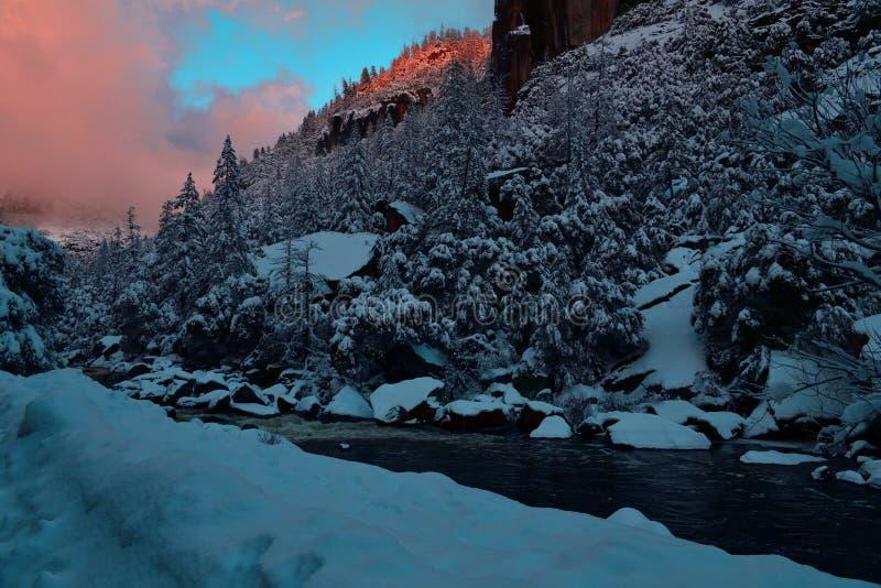Merced-Fluss während des Sonnenuntergangs an Yosemite Nationalpark stockfoto
