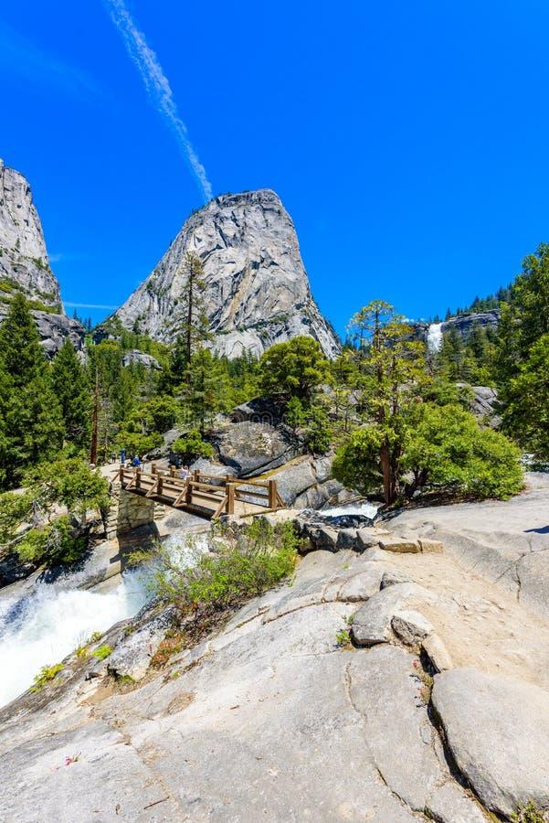 Merced rzeki krajobraz w Yosemite parku narodowym Whitewater gwałtowni Kalifornia, usa zdjęcia royalty free
