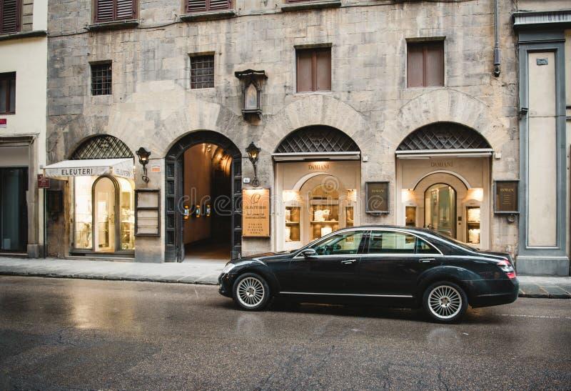 Mercedes-Benz μπροστά από Damiani στοκ εικόνες με δικαίωμα ελεύθερης χρήσης