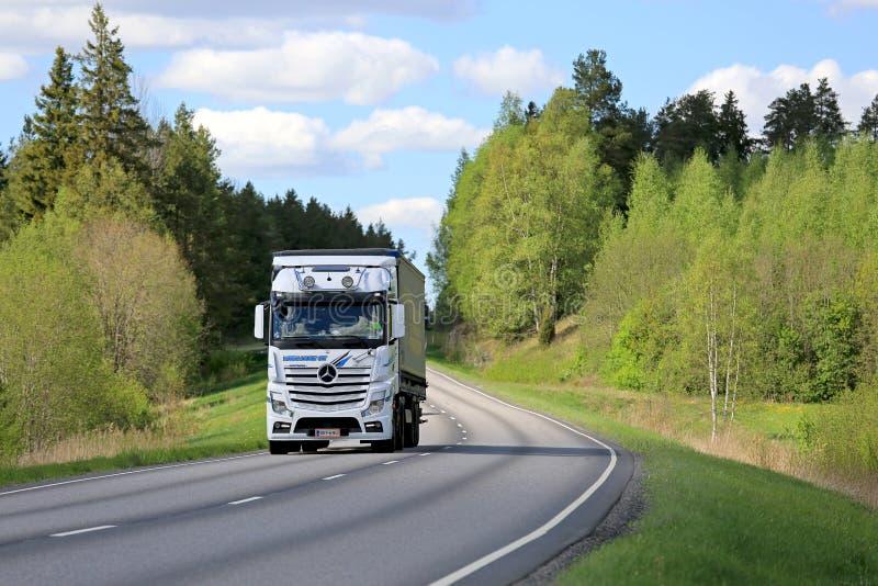 Mercedes-Benz Actros Cargo Transport bij de Lente stock afbeeldingen