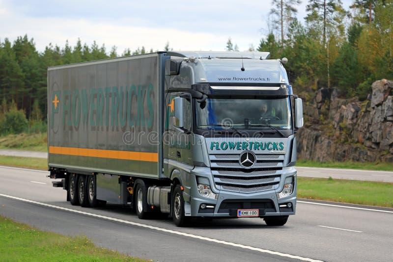 Mercedes-Benz Actros Flowertrucks auf der Straße stockbilder