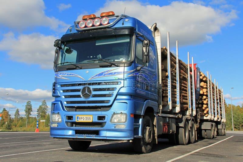 Mercedes Benz Actros Logging Truck met Houten Aanhangwagens royalty-vrije stock afbeeldingen
