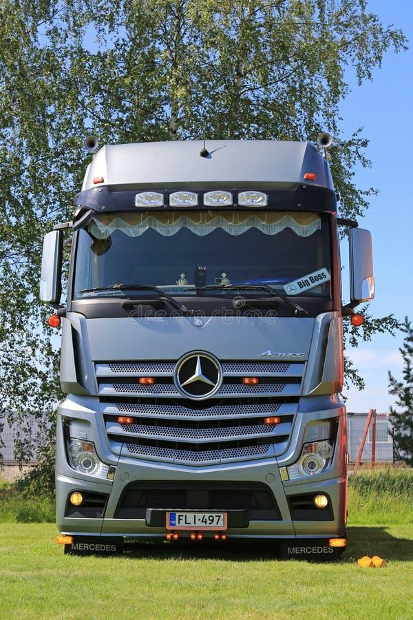 Mercedes-Benz Actros Truck de plata foto de archivo libre de regalías