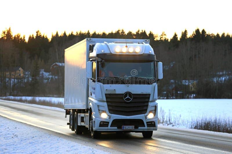 Mercedes-Benz Actros Trucking bianca al tramonto fotografia stock libera da diritti