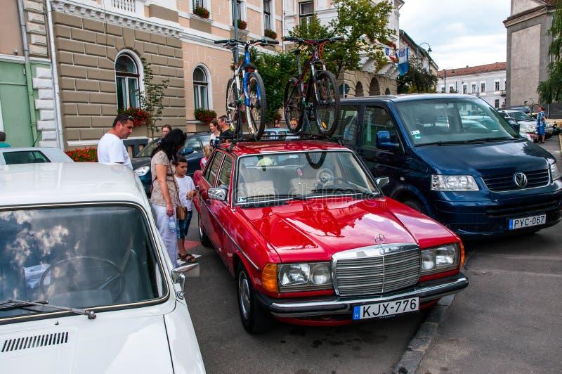 Mercedes Benz anziana che trasporta le biciclette sullo scaffale di tetto immagini stock libere da diritti