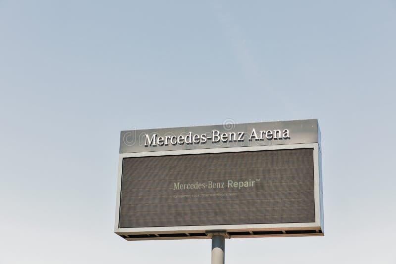 Mercedes-Benz Arena-Plakatwand in Berlin, Deutschland stockfoto