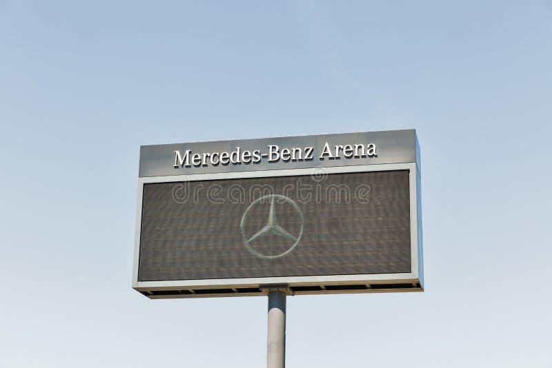 Mercedes-Benz Arena-Plakatwand in Berlin, Deutschland stockfotos