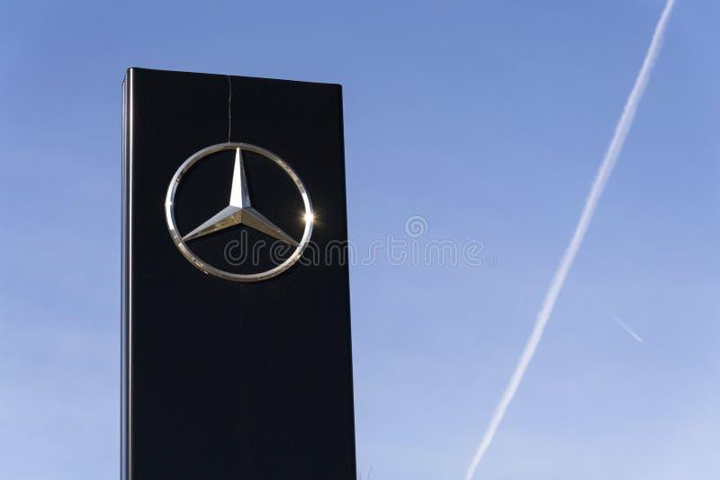Mercedes-Benz-Autologo auf der Verkaufsstelle, die am 25. Februar 2017 in Prag, Tschechische Republik errichtet lizenzfreies stockfoto
