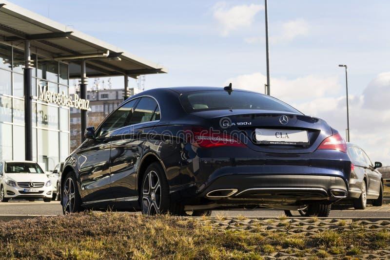 Mercedes-Benz-Autologo auf der Verkaufsstelle, die am 25. Februar 2017 in Prag, Tschechische Republik errichtet stockfotos