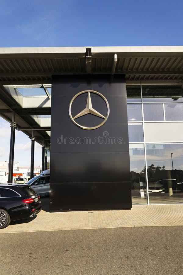 Mercedes-Benz-Autologo auf der Verkaufsstelle, die am 25. Februar 2017 in Prag, Tschechische Republik errichtet stockbild