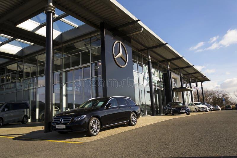 Mercedes-Benz-Autologo auf der Verkaufsstelle, die am 25. Februar 2017 in Prag, Tschechische Republik errichtet lizenzfreies stockbild