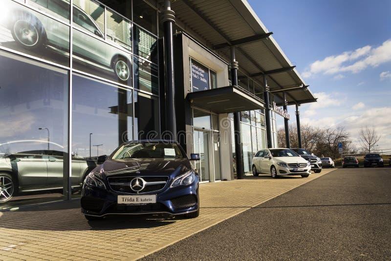Mercedes-Benz-Autologo auf der Verkaufsstelle, die am 25. Februar 2017 in Prag, Tschechische Republik errichtet stockfoto