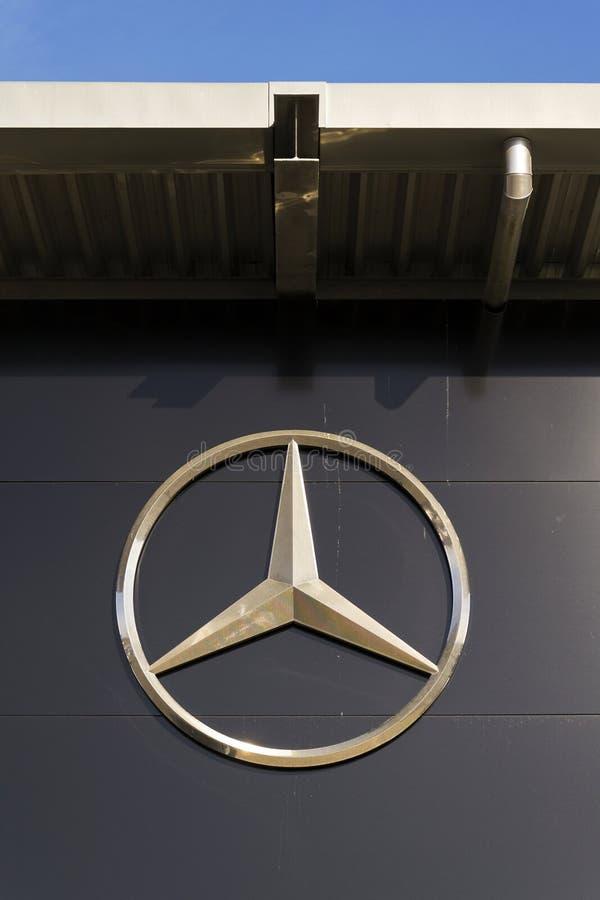 Mercedes-Benz-Autologo auf der Verkaufsstelle, die am 25. Februar 2017 in Prag, Tschechische Republik errichtet stockfotografie