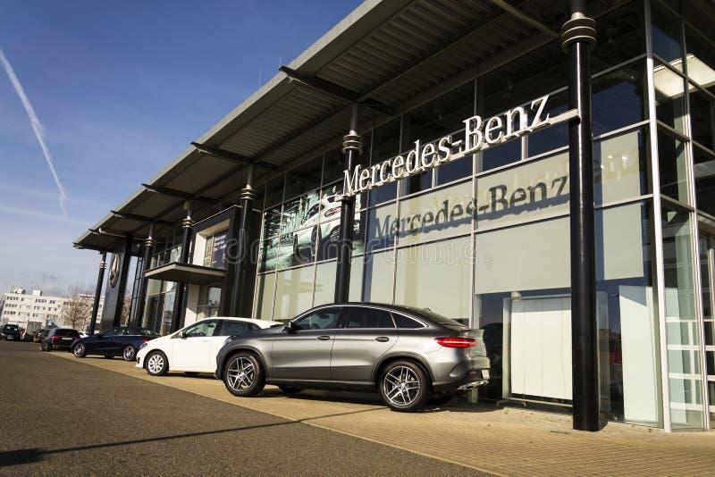 Mercedes-Benz-Autologo auf der Verkaufsstelle, die am 25. Februar 2017 in Prag, Tschechische Republik errichtet stockbilder