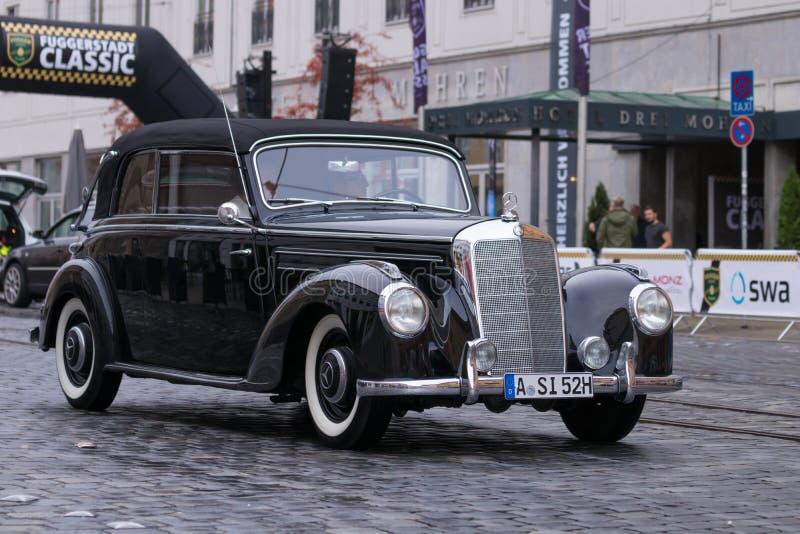 Mercedes-Benz 220 B Cabrio oldtimerbil 1952 royaltyfria bilder
