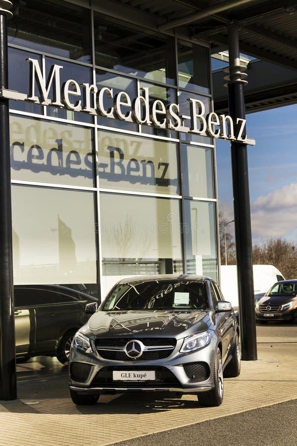 Mercedes-Benz billogo på återförsäljarebyggnad på Februari 25, 2017 i Prague, Tjeckien royaltyfri fotografi