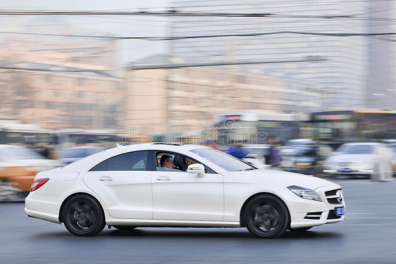 Mercedes-Benz blanco SLS55 AMG en el centro de ciudad ocupado, Pekín, China imagenes de archivo