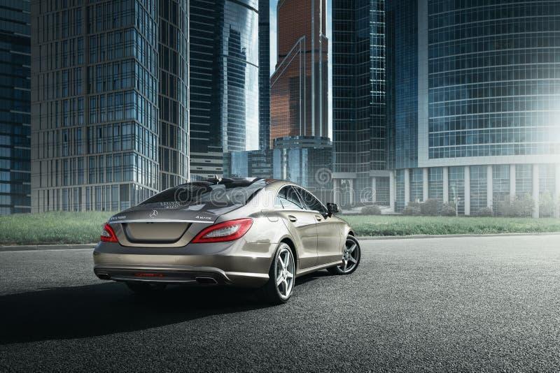 Mercedes-Benz CLS 500 4MATIC samochód jest prowadnikowymi pobliskimi budynkami biurowymi w Moskwa zdjęcie stock
