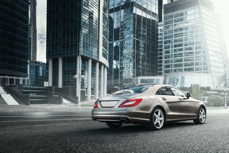 Mercedes-Benz CLS 500 4MATIC samochód jest prowadnikowymi pobliskimi budynkami biurowymi w Moskwa fotografia royalty free