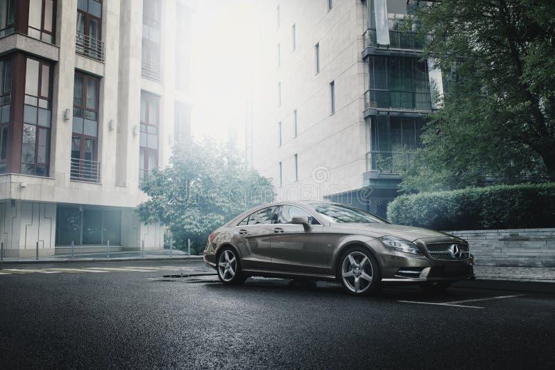 Mercedes-Benz CLS 500 4MATIC samochód jest prowadnikowymi pobliskimi budynkami biurowymi w Moskwa zdjęcia royalty free