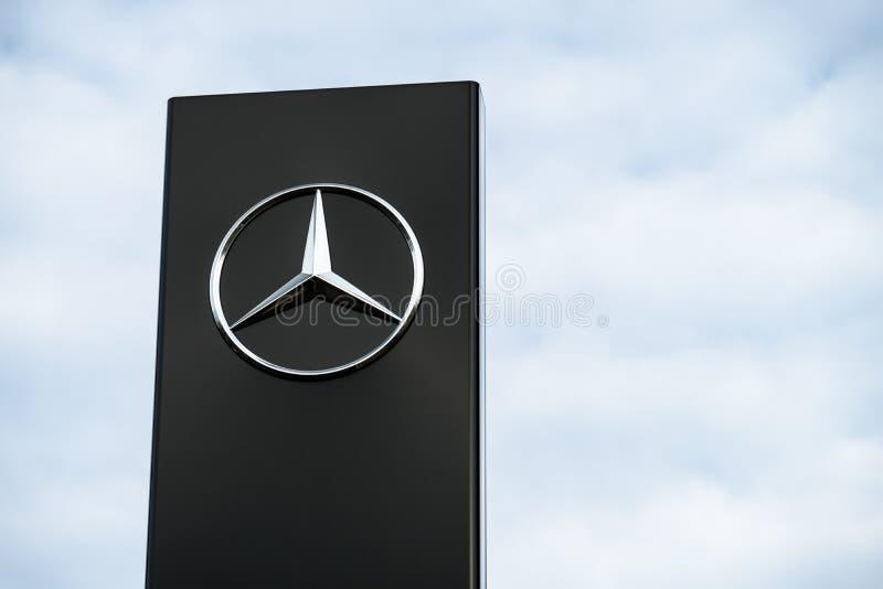 Mercedes Benz-Firmenzeichen lizenzfreies stockfoto