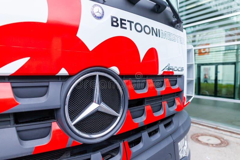 Mercedes Benz-LKW mit einer Betonpumpe lizenzfreies stockbild