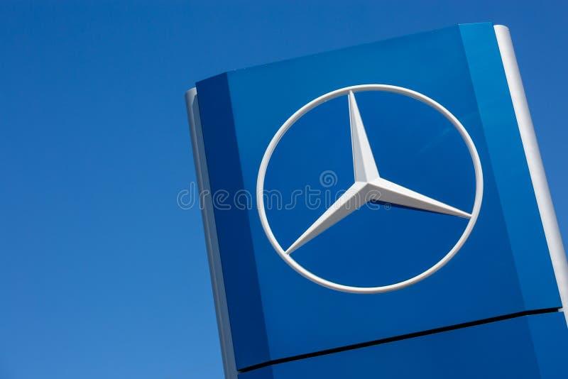Mercedes-Benz-Logo auf blauem Hintergrund stockfotografie