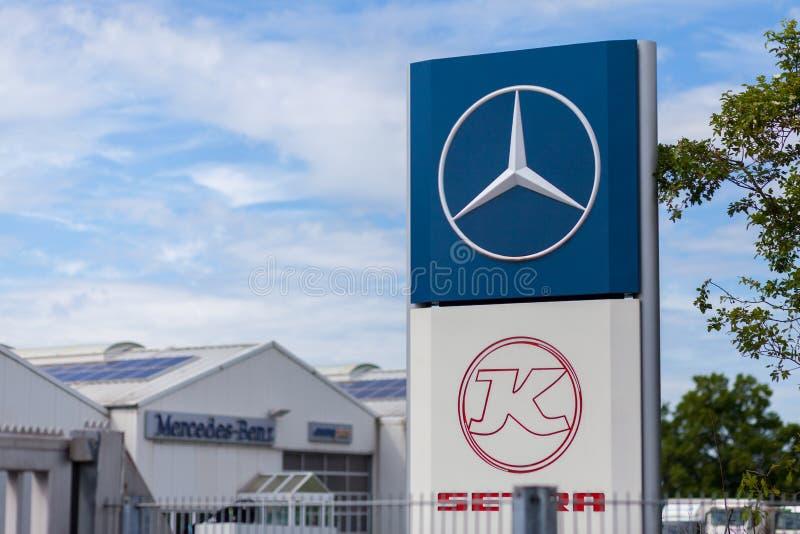 Mercedes-Benz-Logo nahe einer Transport-werkstatt lizenzfreie stockfotos