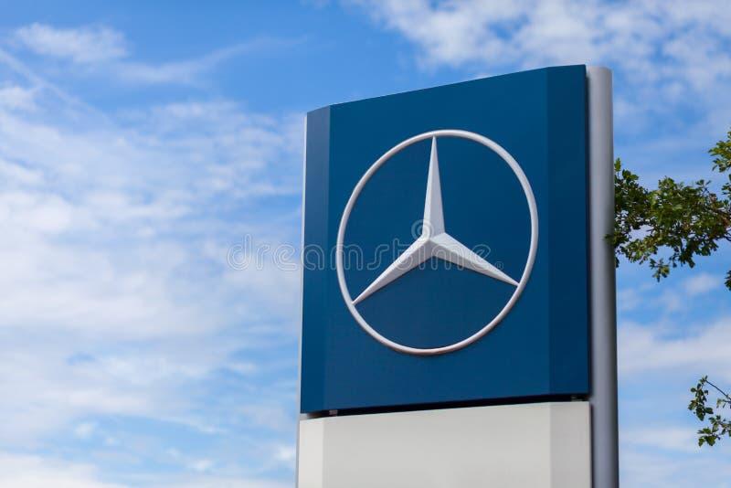 Mercedes-Benz-Logo nahe einer Transport-werkstatt stockfotos