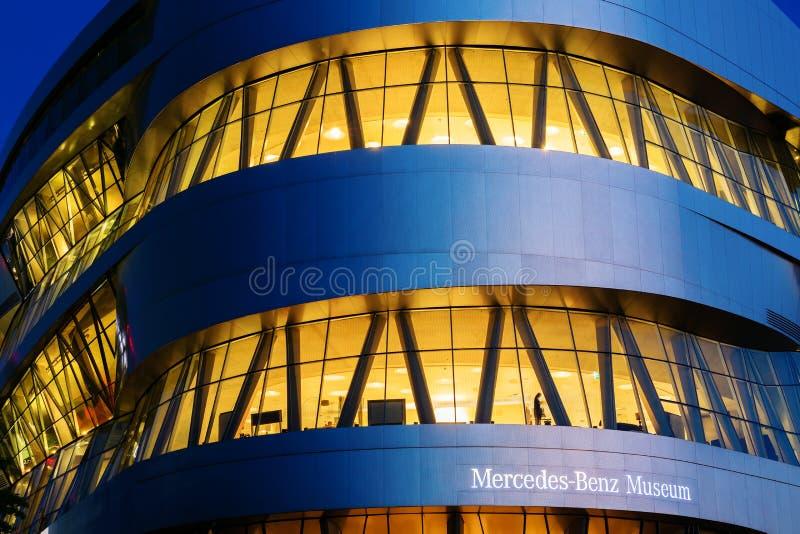 Mercedes Benz Museum in Stuttgart, Deutschland, nachts stockfoto
