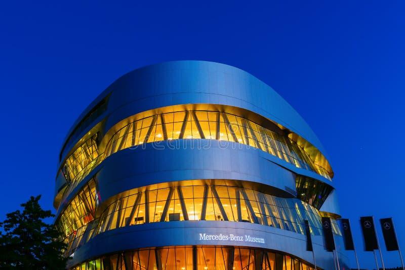 Mercedes Benz Museum in Stuttgart, Deutschland, nachts lizenzfreie stockfotografie