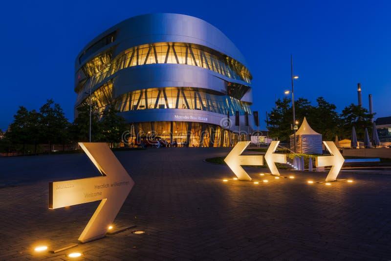 Mercedes Benz Museum in Stuttgart, Duitsland, bij nacht royalty-vrije stock foto's
