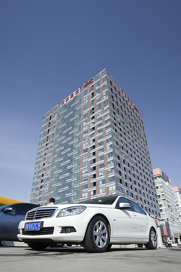 Mercedes-Benz parqueó delante de un edificio moderno, Pekín, China fotos de archivo