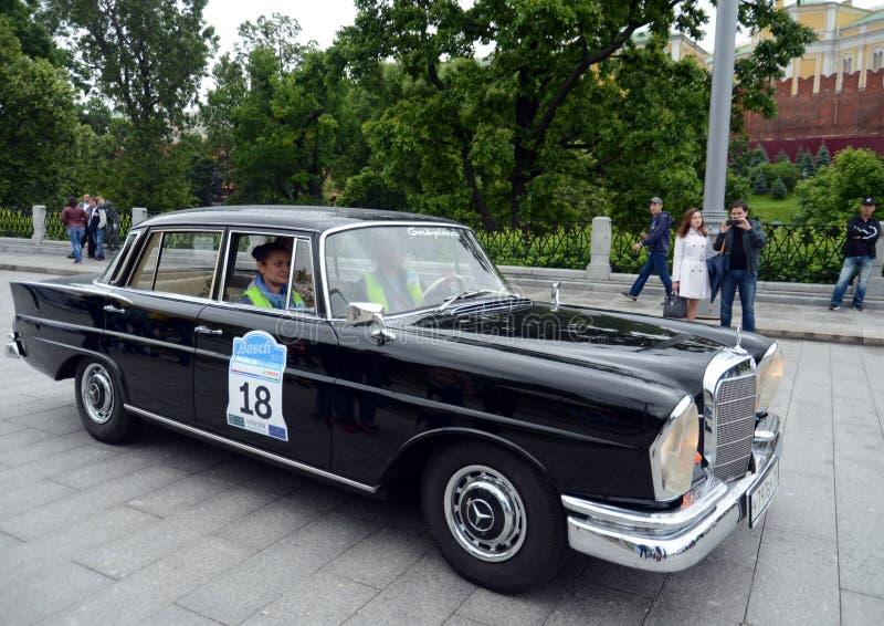 Mercedes-Benz S230 av samlar i början av gamla bilar i Moskva royaltyfri bild