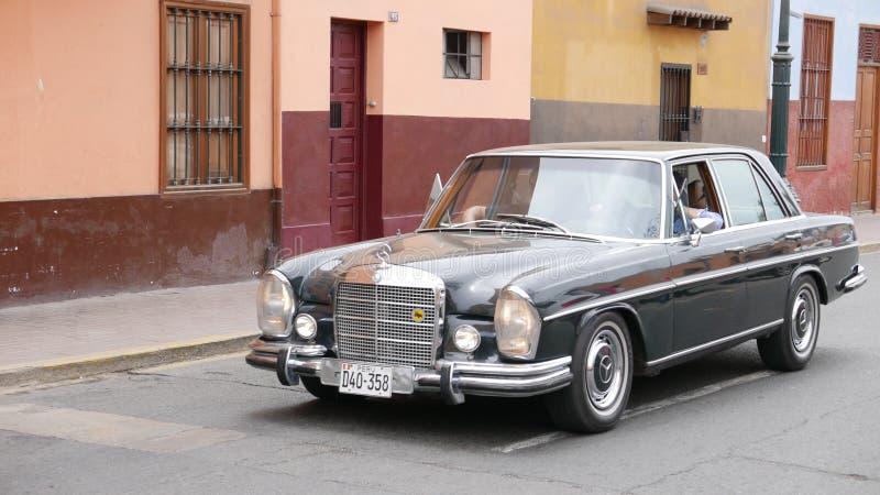 Mercedes-Benz 280S, das in Lima gefahren wird lizenzfreies stockbild