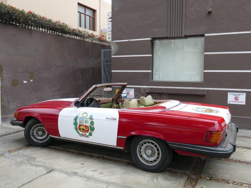 Mercedes-Benz 450 SL Se pinta la bandera peruana fotografía de archivo libre de regalías