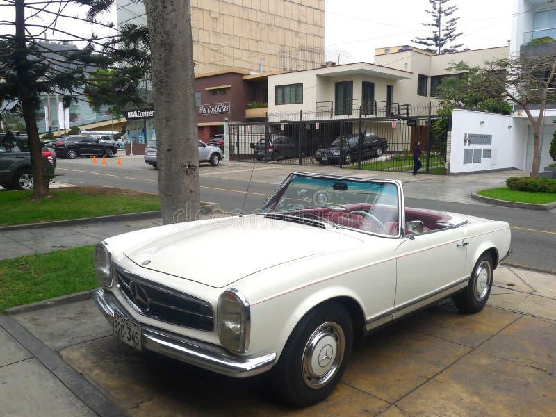 Mercedes-Benz 230SL z czerwoną skórą w Lima obrazy royalty free