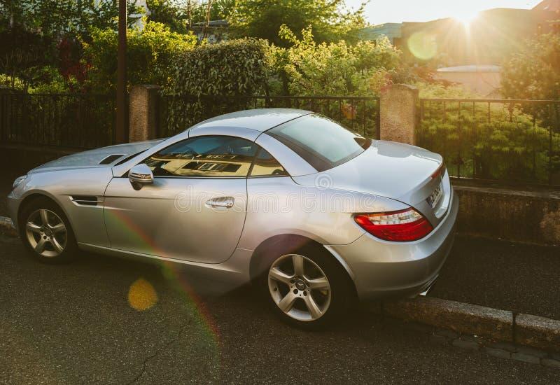 Mercedes-Benz SLK terenówka parkująca na ulicie fotografia stock