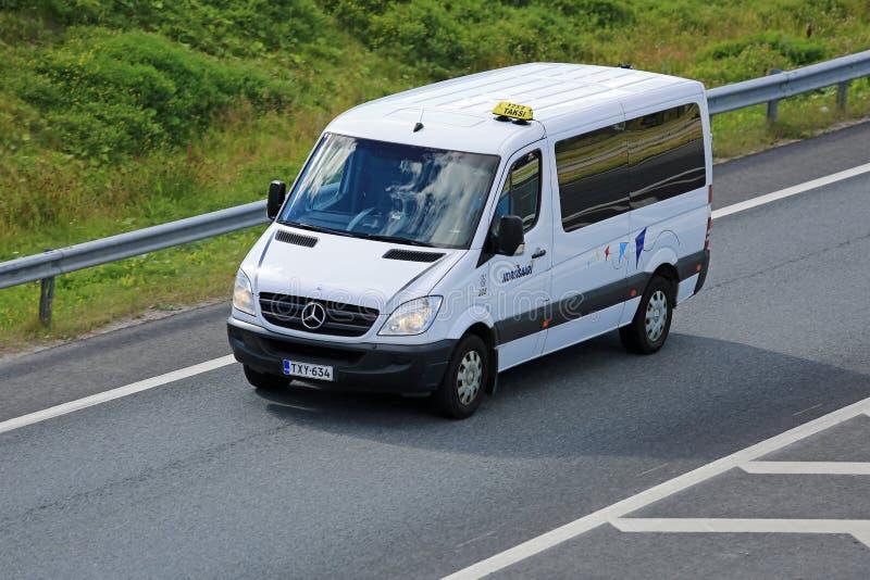 Mercedes-Benz Sprinter Minibus auf der Autobahn stockfotos