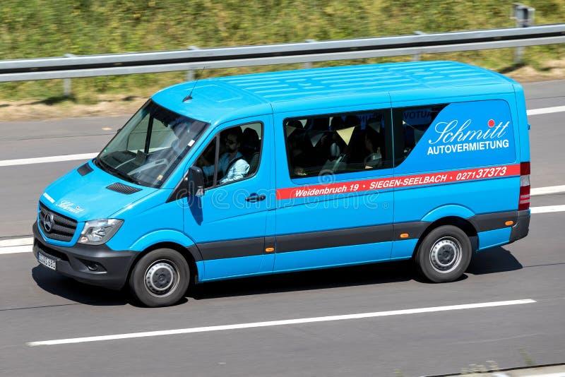 Mercedes-Benz Sprinter Schmitt Autovermietung στον αυτοκινητόδρομο στοκ φωτογραφία με δικαίωμα ελεύθερης χρήσης